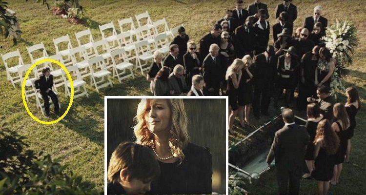 Questo ragazzo stava guardando il suo cellulare durante un funerale