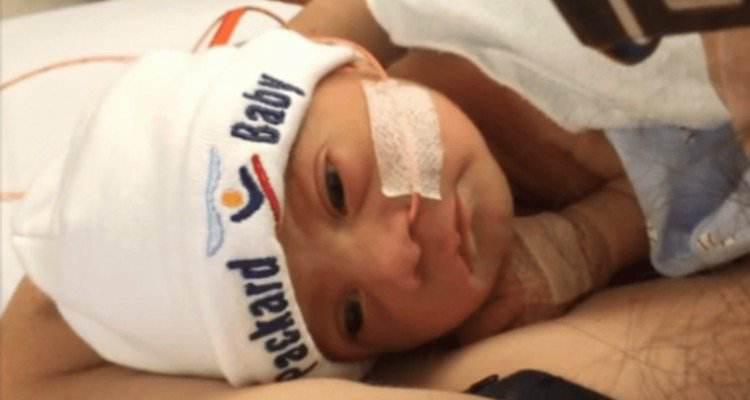 Da alla luce il suo bambino e i medici le lasciano la placenta dentro