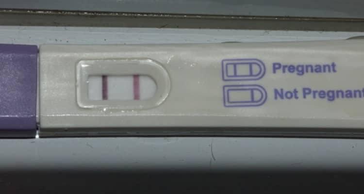 Il test di gravidanza che ha reso famoso questo uomo che ha rischiato la vita