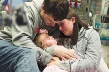 Un doloroso addio alla loro bambina