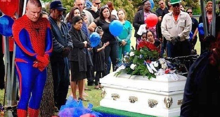 Era vestito da Spiderman al funerale
