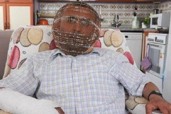Chiude la sua testa in una gabbia ogni giorno per smettere di fumare