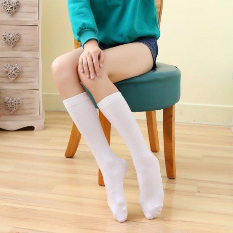 calze e autoreggenti su gambe e piedi