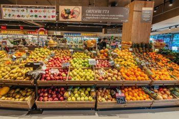 Il dietista ci aiuta a fare la spesa al supermercato