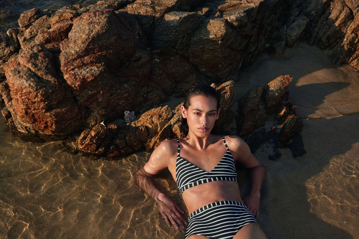 Costumi da bagno 2018: la campagna swimwear di COS