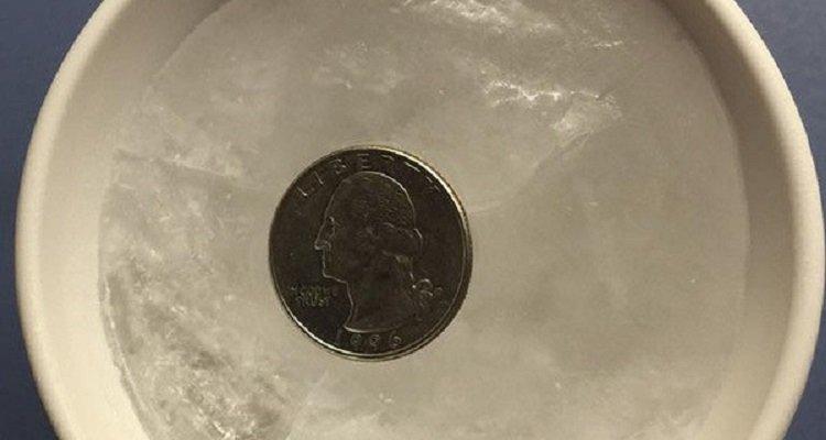 Ecco perché dovreste lasciare una moneta nel congelatore prima di lasciare casa