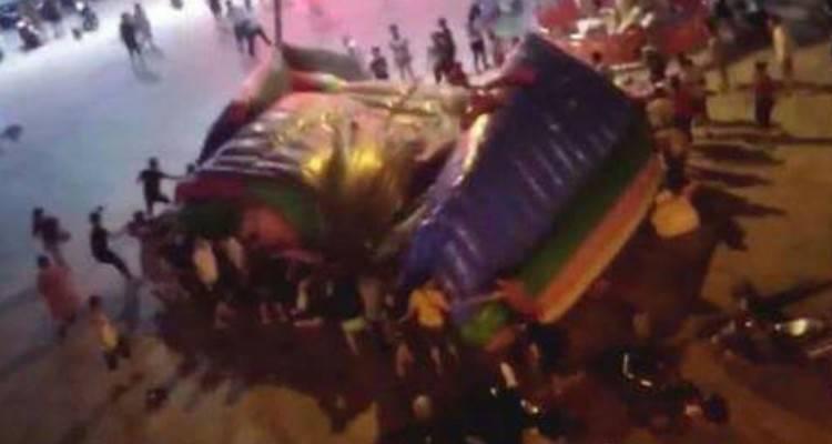 Cina, il castello gonfiabile viene spazzato via dal vento: bimbo di 6 anni muore