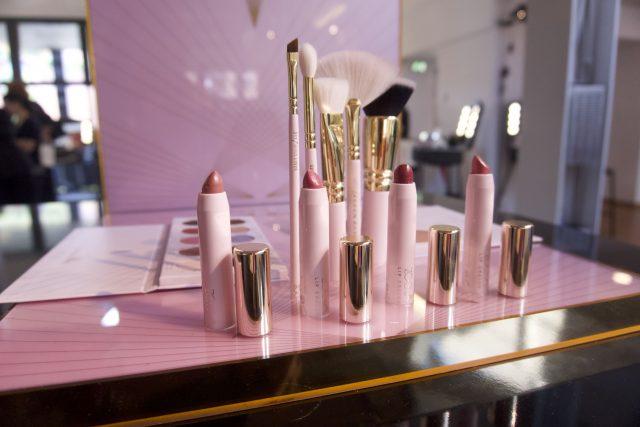 Zoeva - Screen Queen: oltre ai pennelli la collezione prevede dei mattoni sheer per le labbra, una palette di illuminanti ed una palette occhi