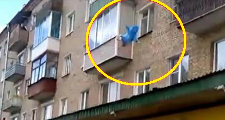 Getta il figlio dal quinto piano