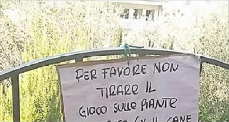 Lo strano cartello su un cancello in Liguria