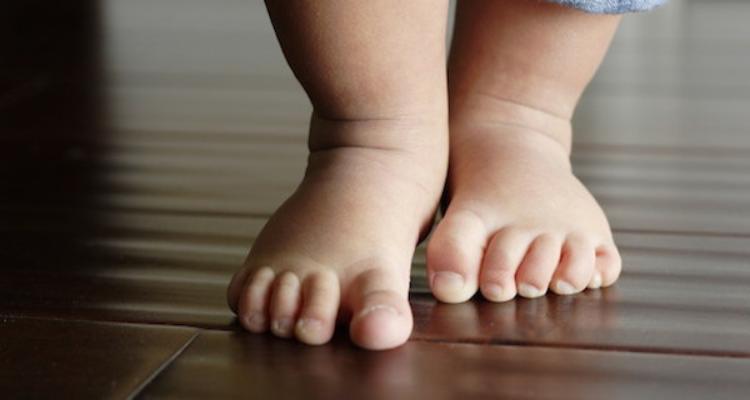 Fate camminare scalzi i bambini almeno fino agli 8 anni