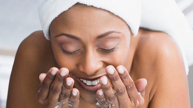 lavare-viso-acqua-frizzante