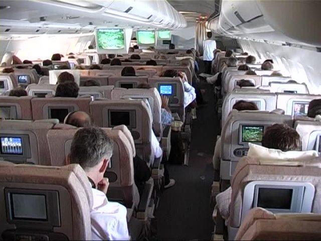 uomo-fa-il-bullo-con-una-signora-anziana-in-aereo 2