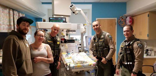 tre-agenti-salvano-la-vita-della-piccola-Aubrey 2