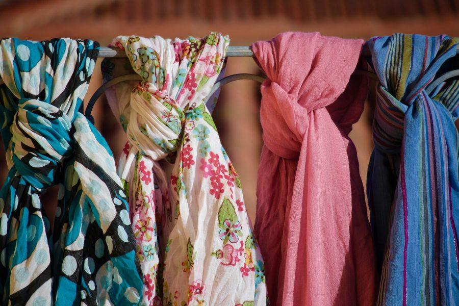 Come indossare un foulard su un vestito elegante