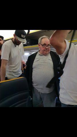 uomo-fa-il-bullo-con-una-signora-anziana-in-aereo