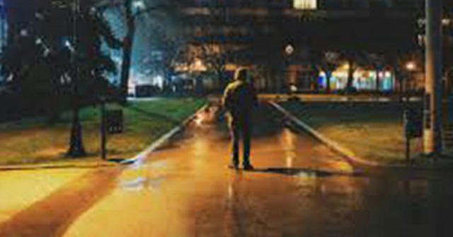 uomo-segue-la-ragazza-nel-parcheggio 1