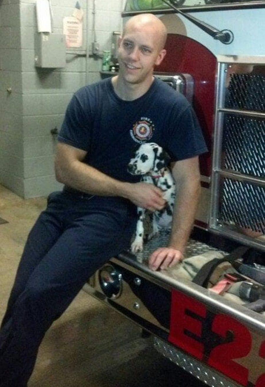 addio del pompiere al suo cane