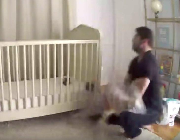 Bambino cade dalla culla