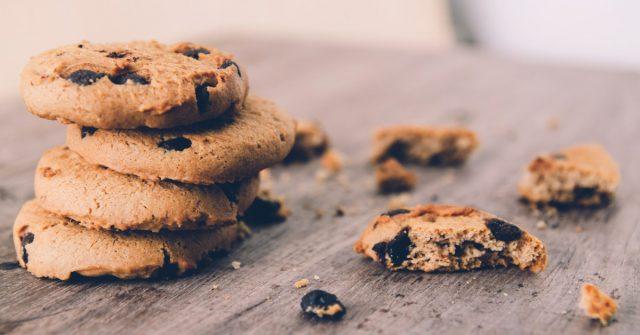 Mette le ceneri del nonno nei biscotti e li offre ai compagni di scuola