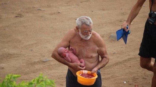 donna-partorisce-il-suo-bambino-nel-mar-rosso4
