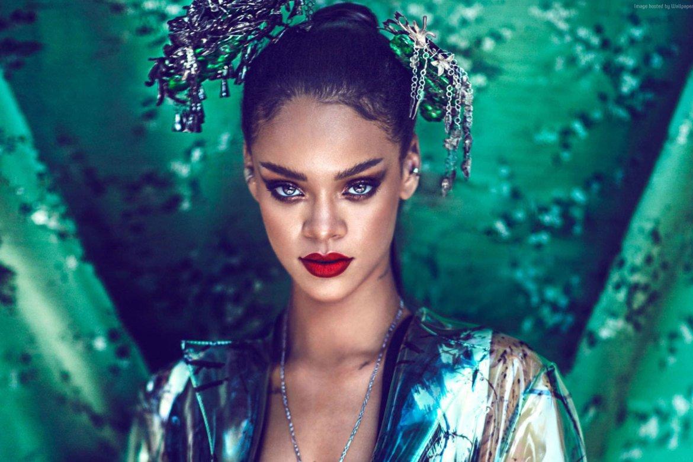 Rihanna svela la collezione Makeup di Natale