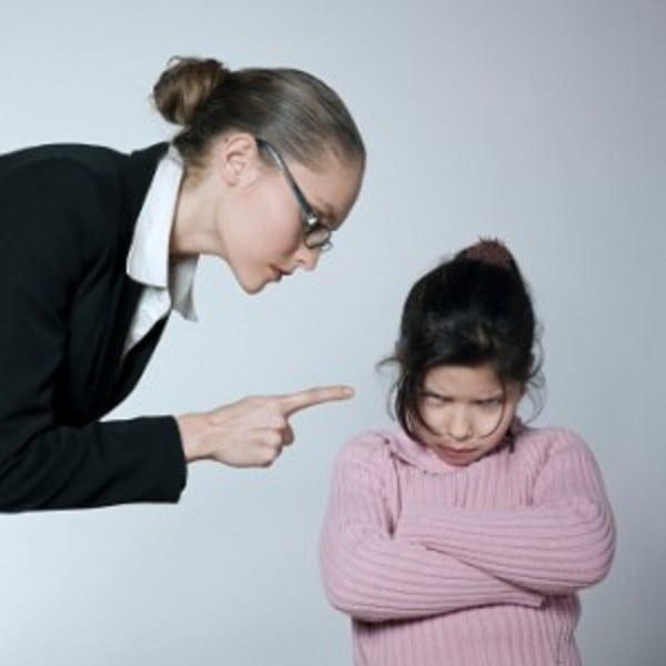 genitori che sculacciano i figli