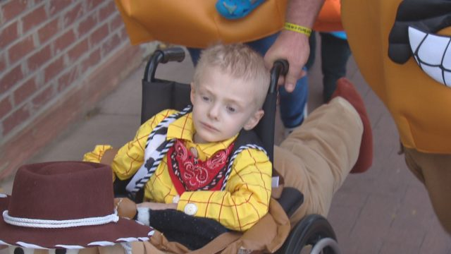 la-comunita-festeggia-prima-halloween-per-un-bambino-di-5-anni-con-cancro-terminale