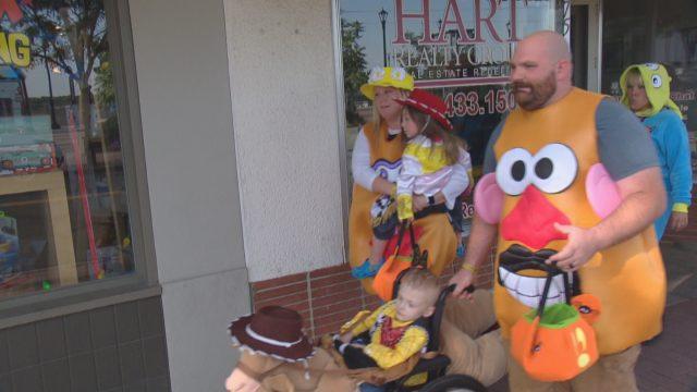 la-comunita-festeggia-prima-halloween-per-un-bambino-di-5-anni-con-cancro-terminale5
