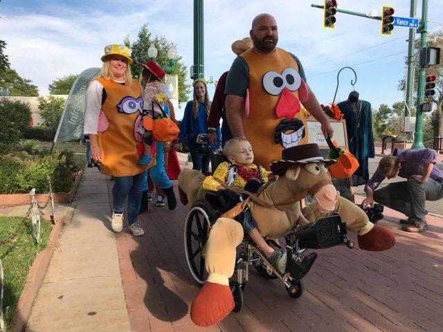 la-comunita-festeggia-prima-halloween-per-un-bambino-di-5-anni-con-cancro-terminale7