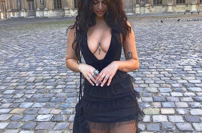 Impedito a una modella di entrare al Louvre perché troppo scollata