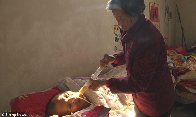 Un uomo, in coma da 12 anni, si risveglia e trova la madre anziana al suo capezzale.
