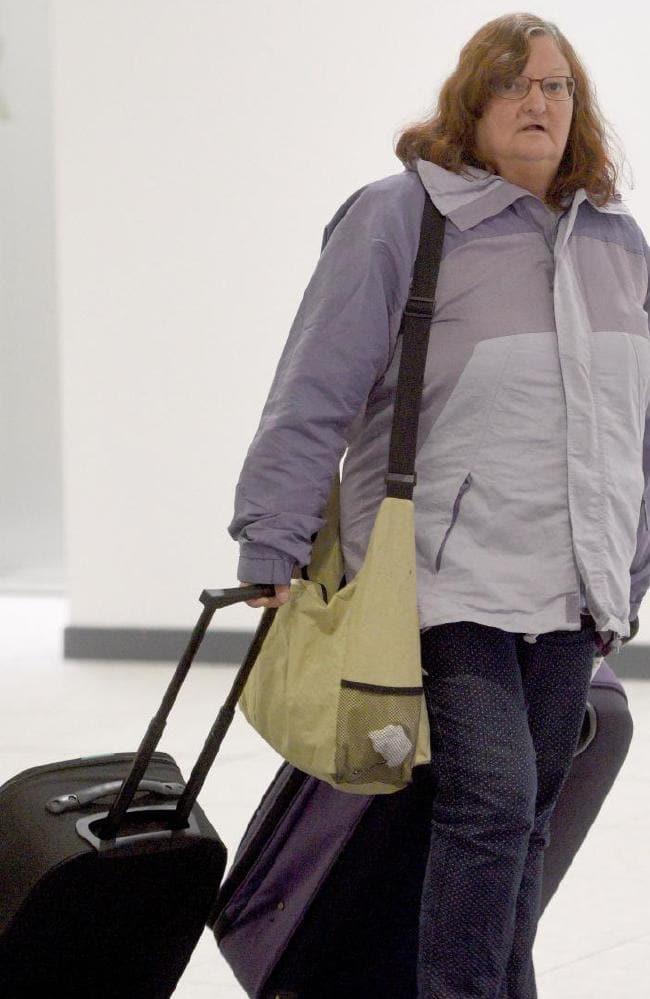 60enne torna a casa senza un soldo dopo aver speso tutto per il marito 26enne