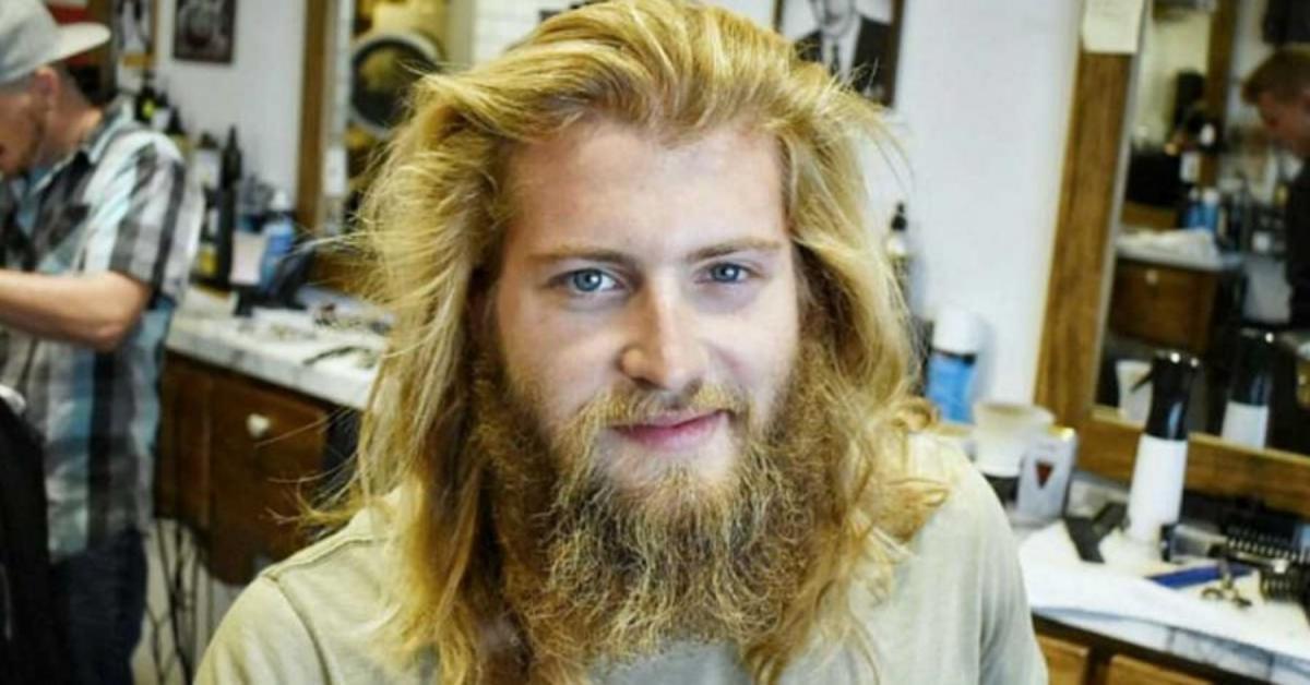 Ragazzo diventa una persona nuova dopo un taglio di capelli