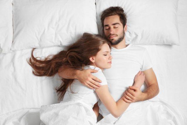 Dormire insieme: le posizioni che rivelano come sta la coppia