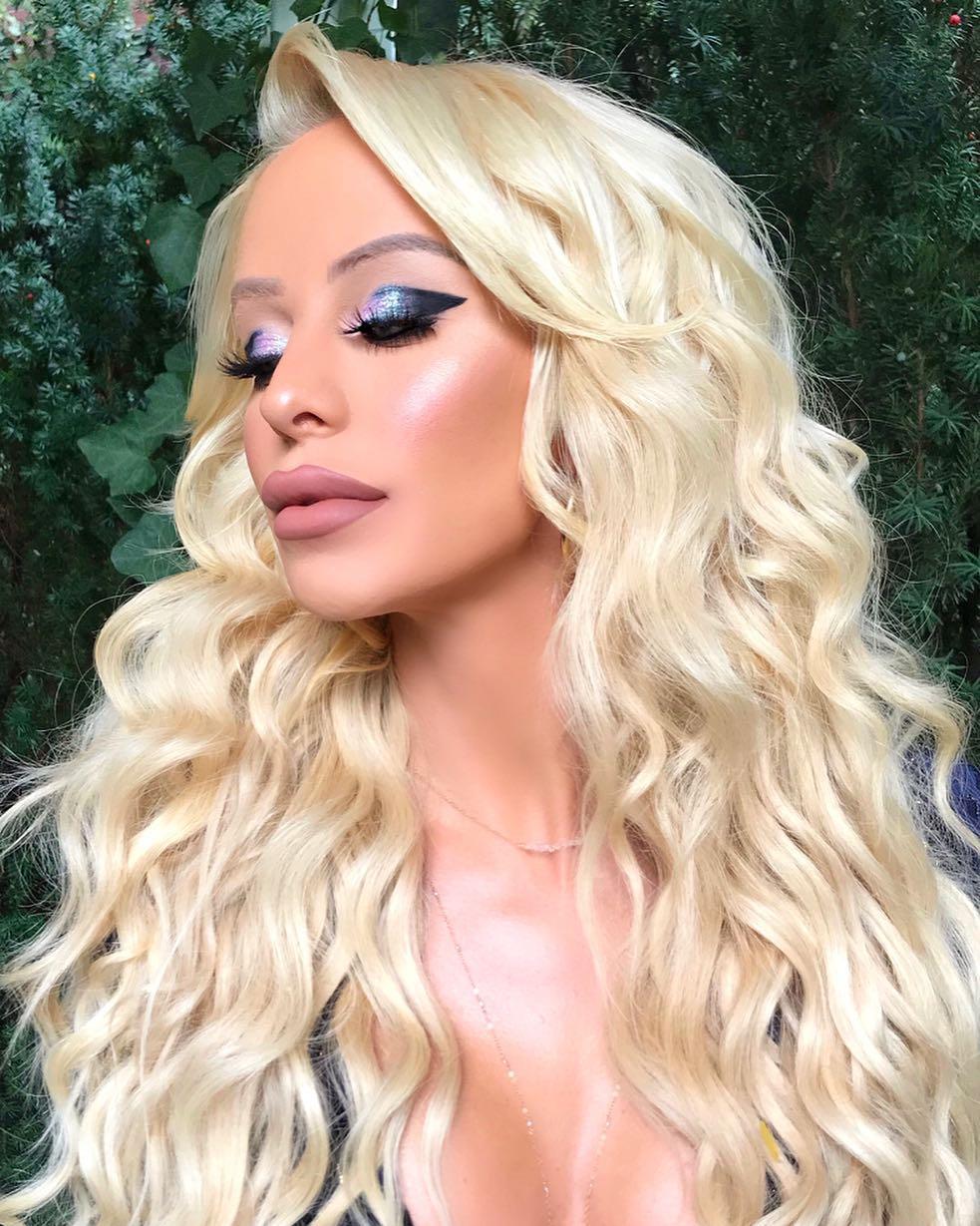 La più bella transgender del mondo: come un timido adolescente si è trasformata in una bionda sexy