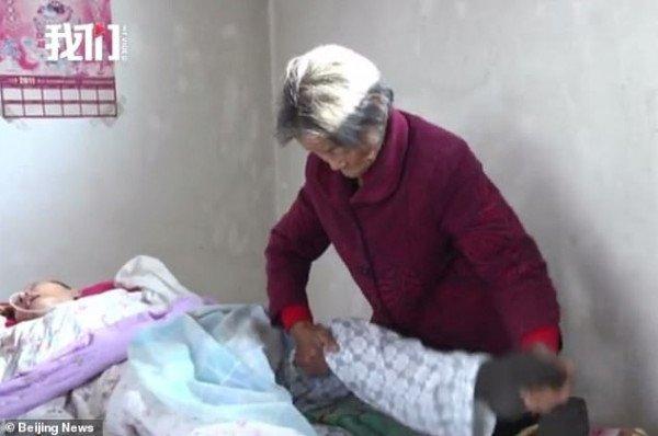Dopo 12 anni si sveglia dal coma e vede la sua mamma di 75 anni