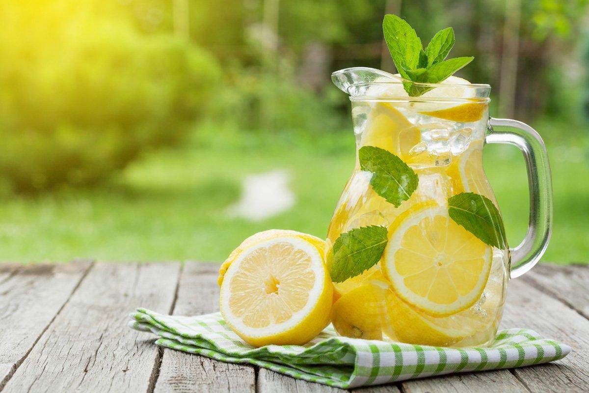 Cosa succede al tuo corpo quando bevi acqua e limone