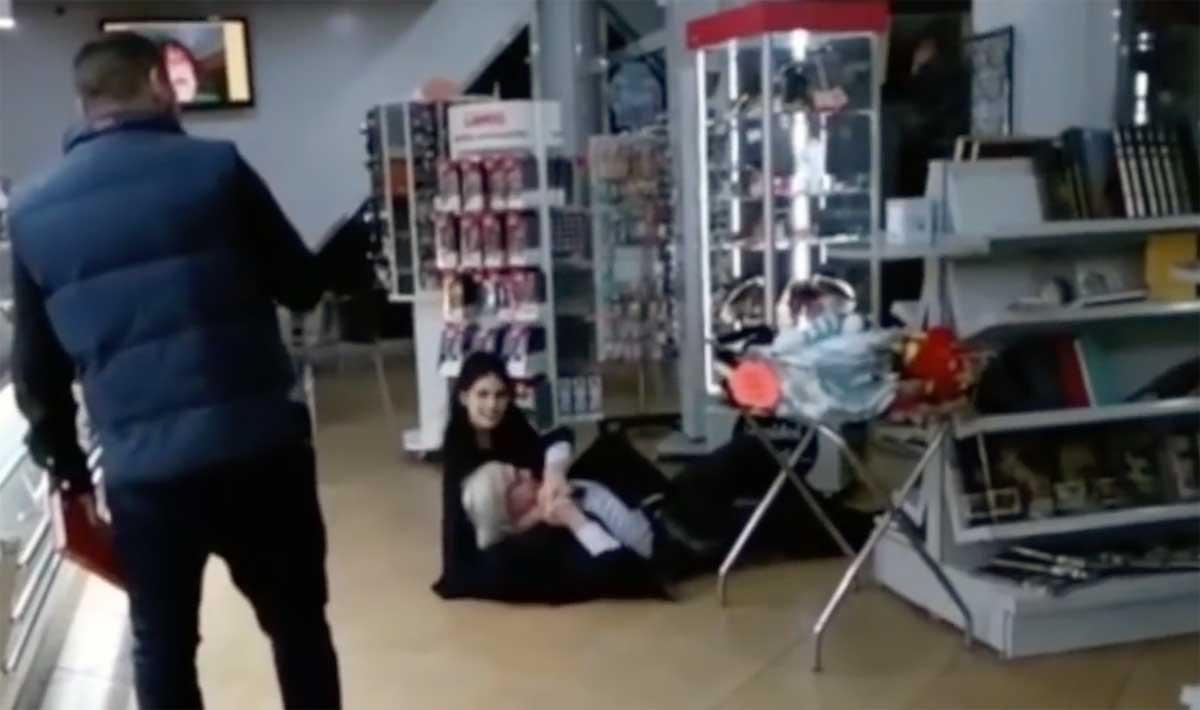 """Vittorio Sgarbi rotola a terra in autogrill. Il critico d'arte: """"Ecco perché l'ho fatto"""""""
