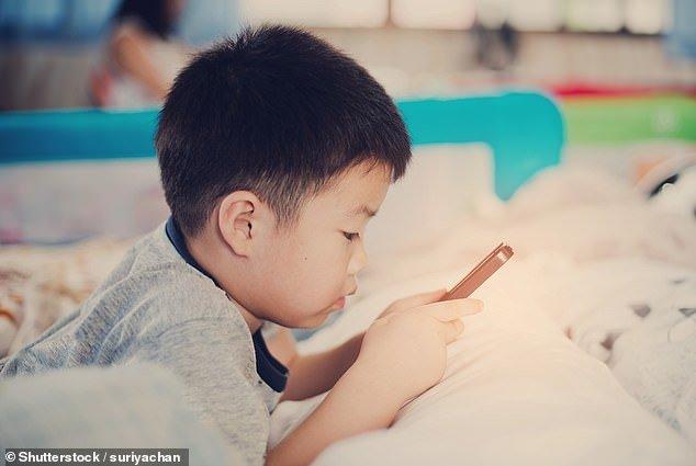 I bambini trascorrono sempre più tempo davanti a tablet e smartphone