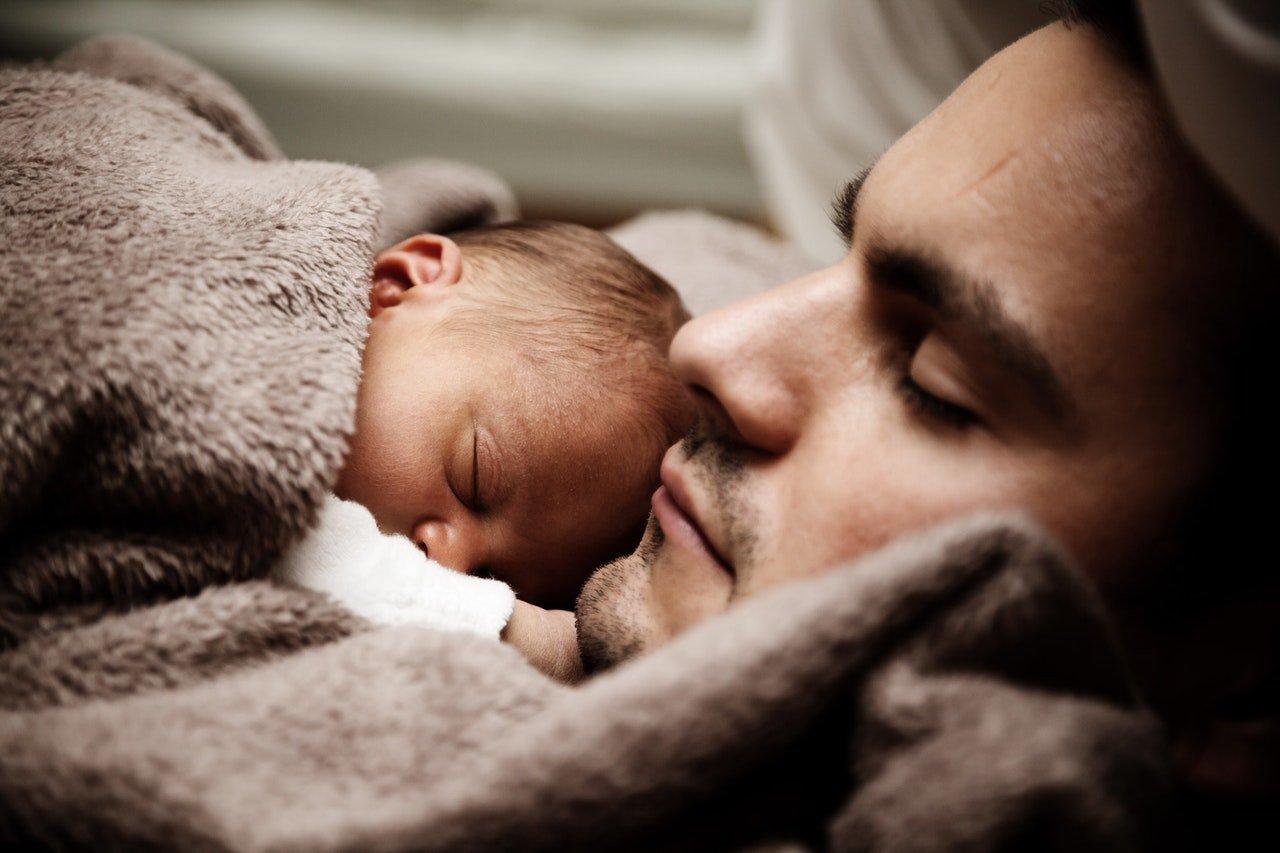 La depressione post-partum colpisce anche i papà