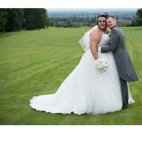 Lei pesa 158 chili, lui 60: si sono sposati e sono felicissimi insieme