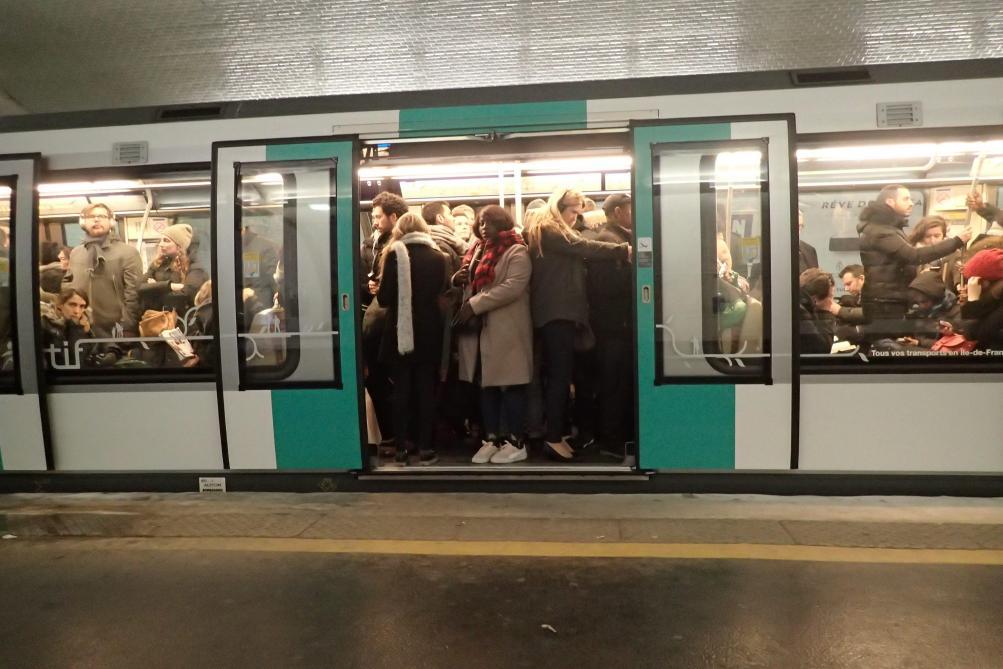 Bimbo nasce nella metro, madre aiutata da un medico a bordo