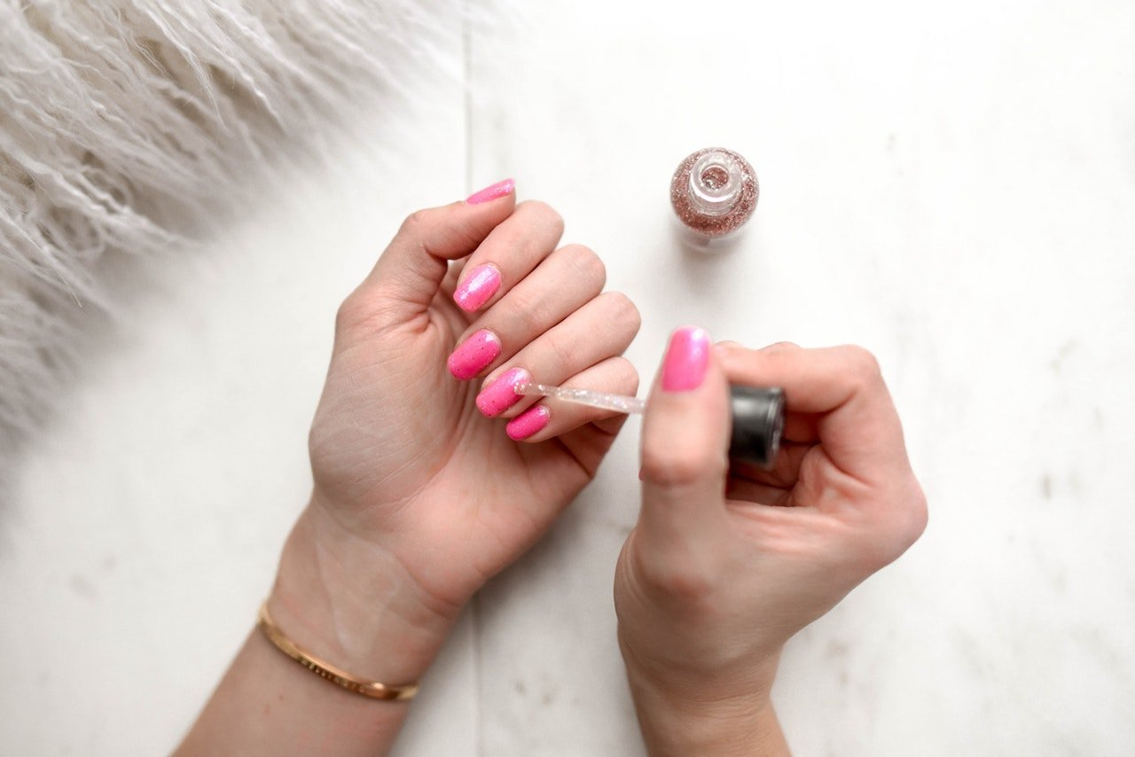 Smalto per mani tozze: scegli il colore giusto e stendilo così
