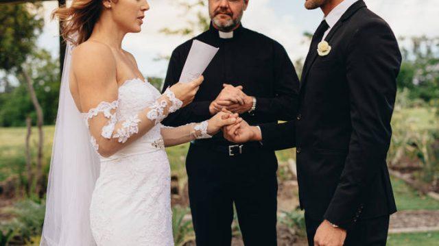 scopre-il-tradimento-del-suo-futuro-sposo-e-decide-di-dargli-una-bella-ricompensa-durante-i-voti