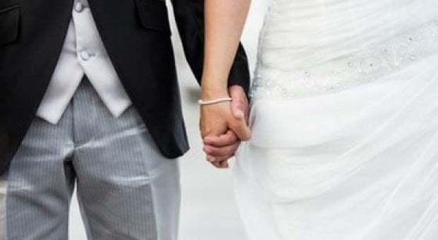 scopre-il-tradimento-del-suo-futuro-sposo-e-decide-di-dargli-una-bella-ricompensa-durante-i-voti2