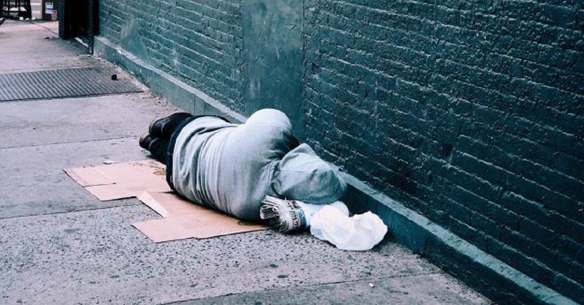 senzatetto-si-spegne-solo-aspettando-il-suo-cane