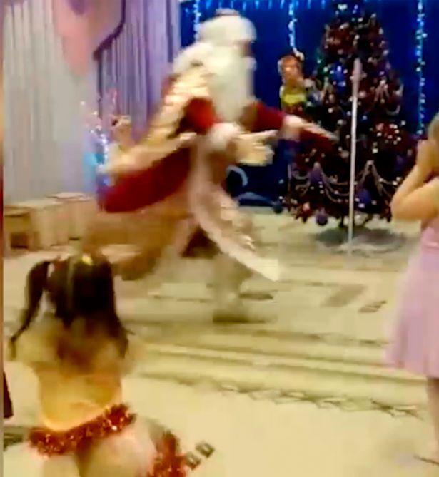 Babbo Natale muore davanti ai bambini. IL VIDEO