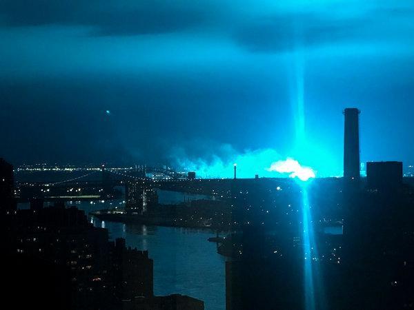 """Strana luce blu in cielo: """"Invasione degli alieni?"""""""