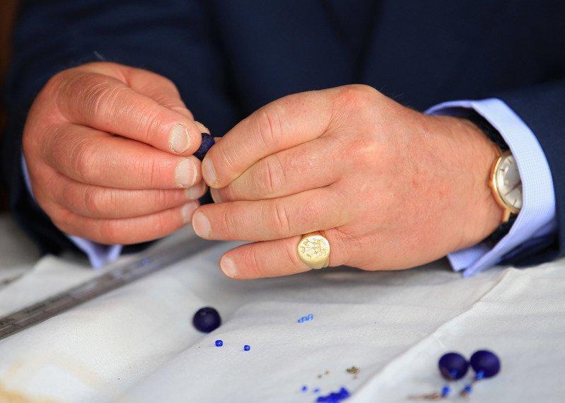 Perché il principe Carlo indossa quest'anello?